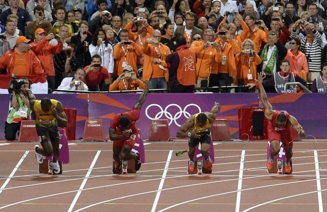 Alla partenza della finale olimpica dei 100m, una bottiglia  di birra è stata lanciata in pista ed è caduta qualche metro dietro gli sprinter. Dopo un paio di rimbalzi, si è fermata dietro Blake. «Ero così concentrato che non me ne sono accorto», ha detto la medaglia d?argento. L?uomo che ha lanciato la bottiglia è stato subito fermato da Scotland Yard  (Ap)