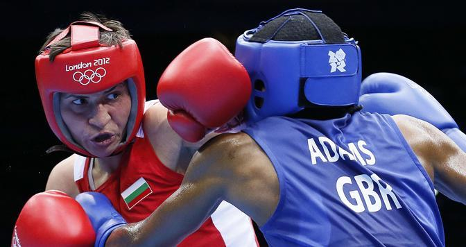 Per la prima volta la boxe femminile fa il suo ingresso nel medagliere olimpico: tre gli allori assegnati giovedì. Il primo alla britannica Nicole Adams (di spalle), nella categoria mosca (Afp)