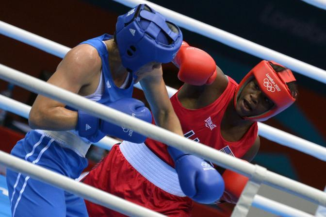Infine l'americana Claressa Shields (in  rosso) vince nei leggeri contro l'altra russa Nadezda Torpolova (Afp)
