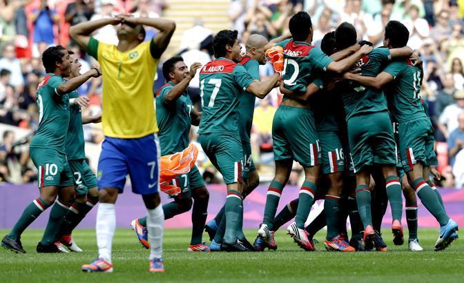 Calcio: il titolo olimpico va al Messico che batte il Brasile 2-1. Esplode la gioia dei messicani, per i verdeoro solo amarezza (Ap\Ammar)