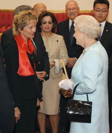 La regina Elisabetta accoglie il presidente svizzero Eveline Widmer-Schlumpf a Buckingham Palace (Reuters)