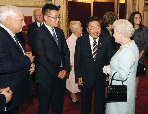 La Regina Elisabetta con il premier della Mongolia Elbegdorj Tsakhia (Reuters)