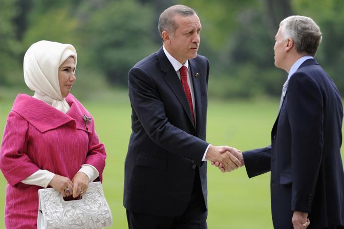L'arrivo del primo ministro turco Erdogan e sua moglie a Buckingham Palace (Reuters)