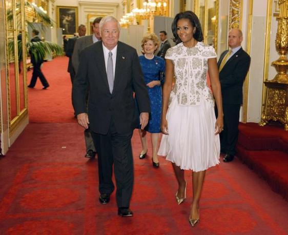 Michelle Obama e l'ambasciatore americano nel Regno Unito Susman ricevuti dalla Regina (Reuters)