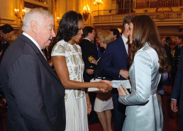 La stretta di mano tra Michelle e Kate (Reuters)