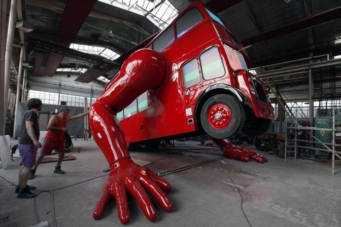 Ultimi ritocchi all'enorme scultura dell'artista David Cerny  che ha trasformato un bus, simbolo di   Londra, in un robot che si solleva come fosse un vero atleta (Reuter/Josek)