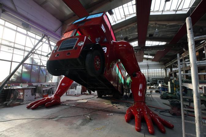 Ecco il bus mentre si solleva da terra. L'artista che lo ha creato spera che diventi la mascotte non ufficiale delle Olimpiadi di Londra 2012 (Reuters/Josek)