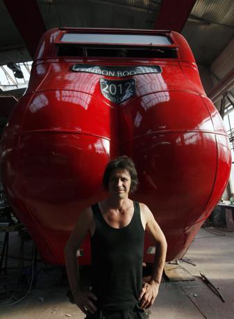 L'artista della Repubblica Ceca o posa davanti alla sua opera creata in un hangar a Praga (Reuters/Josek)