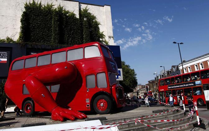 La scultura-autobus è stata installata a Londra davanti al quartier generale della squadra della Repubblica Ceca(Reuters/Josek)