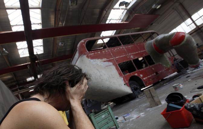 Alcuni momenti della creazione della scultura (Reuters/Josek)