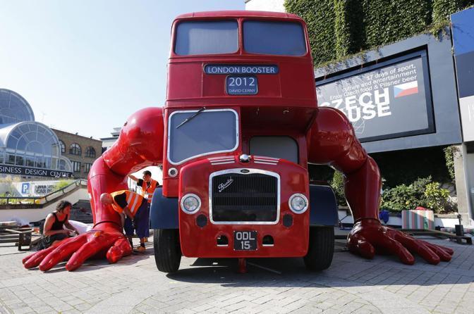 L'autobus-robot finalmente esposto a Londra (Reuters/Josek)