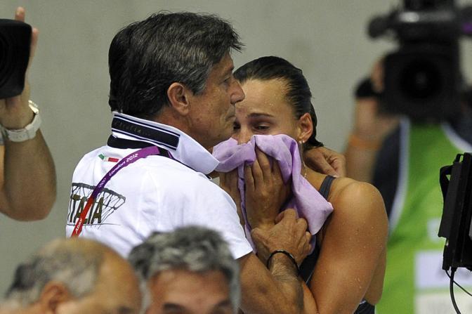La delusione di Tania Cagnotto dopo il quarto posto nel trampolino da tre metri all'Olimpiade di Londra 2012. A consolarla il padre-allenatore Giorgio (LaPresse/Alberto)