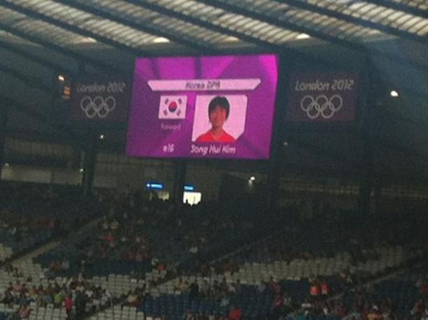 Glasgow: prima di Colombia-Corea del Nord di calcio femminile sul tabellone dello stadio, al momento della lettura delle formazioni, compare la bandiera della Corea del Sud (Ap/Crossan)