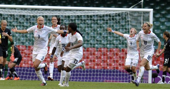 Sempre nel Gruppo E la Gran Bretagna padrona di casa debutta con il successo per 1-0 ai danni della Nuova Zelanda. Al 64' decide Stephanie Houghton (prima da sinistra in maglia bianca) in una partita correttissima (Epa/Parker)