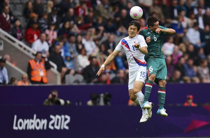 Nella prima giornata del gruppo B, a Newcastle, finisce 0-0 il confronto tra il Messico e la Corea del Sud. Contrasto aereo tra Park Jong-Woo ed Hector Herrera (Reuters/Roddis)