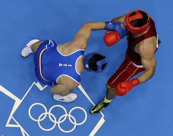 Nel primo round l'italiano sembra far vedere le cose migliori, ma il verdetto dei giudici è a favore dell'azero (Ap/Duncan)