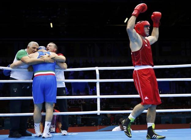 Alla fine del combattimento Medzhidov è convinto di avere vinto. Il pubblico rumoreggia (Reuters/Sezer)