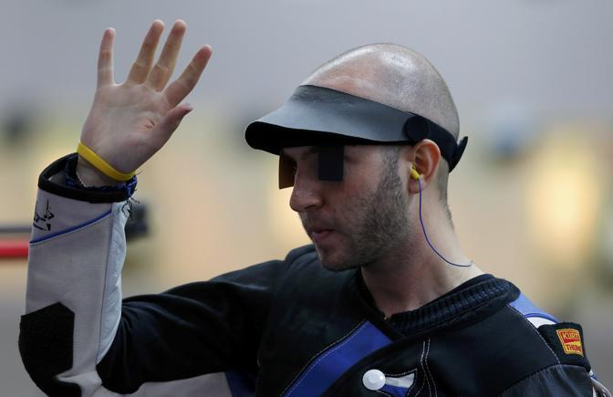 Niccolò Campriani, dopo un'emozionante testa a testa con il romeno Moldoveanu, si è aggiudicato l'argento alla carabina sulla distanza da 10 metri (Reuters)