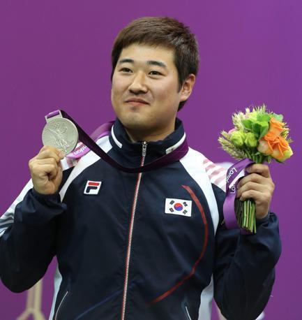 Il sudcoreano Kim con l'argento al collo(Epa/Parnaby)