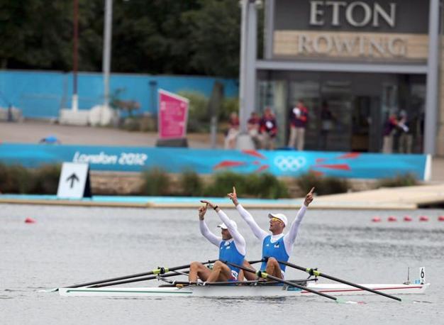 Canottaggio: Romano Battisti (a sinistra) e Alessio Sartori appena conclusa la gara del due di coppia che ha dato loro la medaglia d'argento dietro la Nuova Zelanda (Epa\Parnaby)