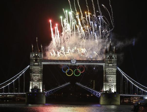 Intanto, fuori dallo Stadio Olimpico, la citt� partecipa alla Cerimonia. Da Tower Bridge partono i fuchi artificiali (Ap)