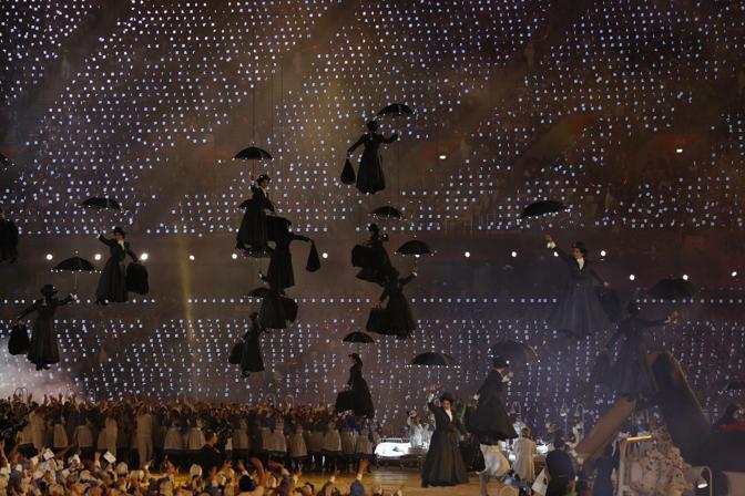 Mary Poppins, volante e con i suoi cloni, scaccia ogni male (Epa/Brady)