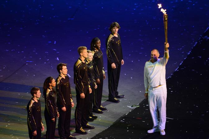 Sir Steve Redgrave consegna la torcia a sette atleti adolescenti (Afp)