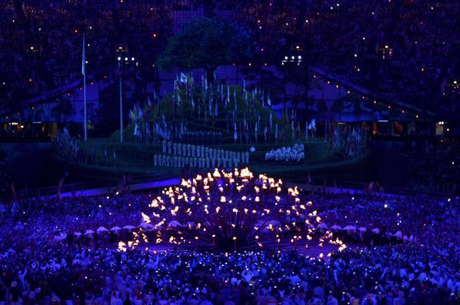 Sono loro l'ultimo tedoforo: il braciere a raggera viene acceso, e piano piano i petali in fiamme si alzano fino a formare la fiamma Olimpica. Londra 2012 � iniziata davvero (Reuters)