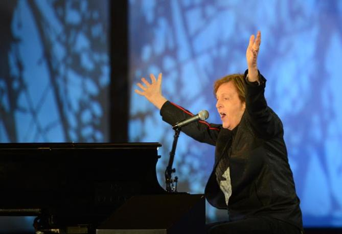 Il Beatles Paul McCartney chiude la cerimonia invitando lo stadio a cantare a squarciagola Hey Jude (Afp)
