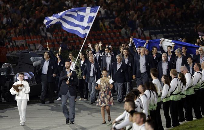 Come sempre la Grecia entra per prima nello stadio. Alexandros Nikolaidis è il primo atleta a entrare nello stadio Olimpico di Londra 2012 durante la cerimonia inaugurale (Ap/Humphrey)