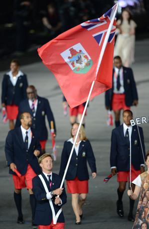 Bermuda: donne in gonna, uomini in... bermuda. Il portabandiera è Alexander Kirkland (Afp/Simon)