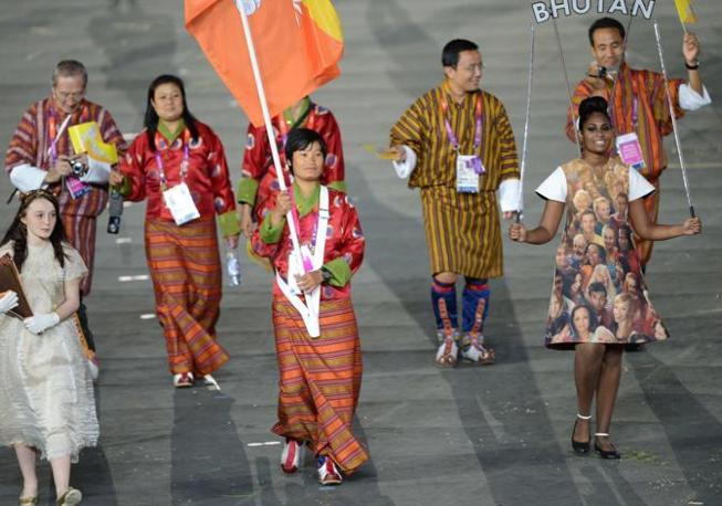 Bhutan in costumi tradizionali, portabandiera Sherab Zam (Afp/Simon)