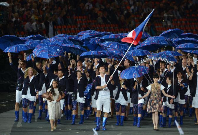 Gag degli atleti della Repubblica Ceca, tutti con l'ombrello e tanto di stivali. Il portabandiera è Petr Koukal (Afp/Bouys)