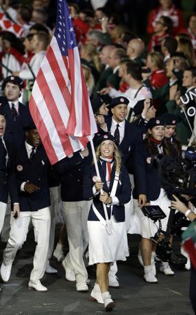 Mariel Zagunis porta la bandiera degli Stati Uniti (Ap/Humphrey)