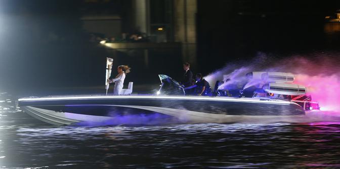 Nel frattempo la fiaccola olimpica arriva allo Stadio via Tamigi. Alla guida del motoscafo l'ex capitano dell'Inghilterra, David Beckham (Reuters/Keogh)