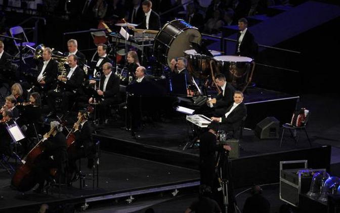 """C'è anche Mr Bean alla cerimonia inaugurale dei Giochi Olimpici di Londra 2012. L?attore Rowan Atkinson ha interpretato il suo personaggio più famoso, intento a suonare nell?orchestra dello Stadio Olimpico le note di """"Momenti di gloria"""". Mr Bean si addormenta sulla tastiera e sogna quel che gli spettatori poi vedono in un video, parafrasando la famosa corsa sulla spiaggia del film premio Oscar, con tanto di gag finale. (Action Images/Livepic)"""