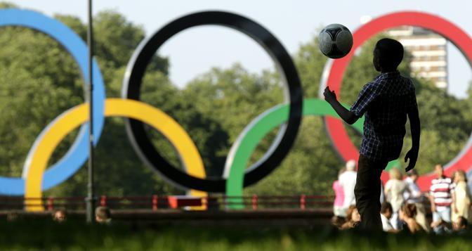 Londra si prepara ai Giochi. I cinque cerchi, emblema dell'Olimpiade, conquistano la capitale inglese  e sono un'attrattiva per turisti e gli stessi londinesi (Ap/Riedel)