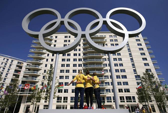 Le atlete australiane davanti ai cinquecerchi piazzati di fronte al quartier generale della nazionale (Reuters/Hong/Pool)