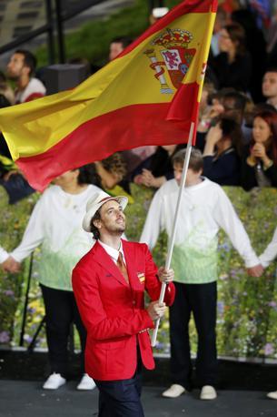 Il cestista Pau Gasol porta in alto il vessillo spagnolo indossando una giacca rossa, colore nazionale (Reuters)