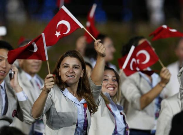 La delegazione turca sventola la bandiera del Paese (Reuters)