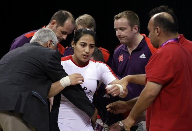 L'atleta viene portata via dai soccorsi (Ap)