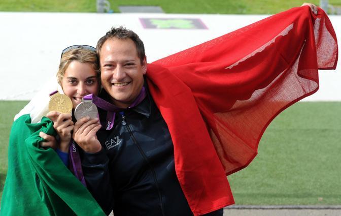 Massimo Fabbrizi con Jessica Rossi che ha vinto l'oro nella fossa del tiro a volo dei Giochi Olimpici di Londra 2012 (Ansa/Ferrari)