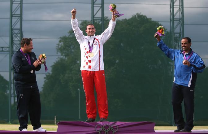 Il podio della fossa olimpica: oro al croato Giovanni Cernogoraz, argento a Massimo Fabbrizi e bronzo ai kuwaitiano Fehaid Aldeehani (Afp/Naamani)
