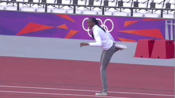 Fiona May che è andata a vedere lo stadio Olimpico. Presa da entusiasmo, ha fatto un finto salto nella sabbia del lungo. Un addetto alla sicurezza, che non l'ha riconosciuta, l'ha rimproverata