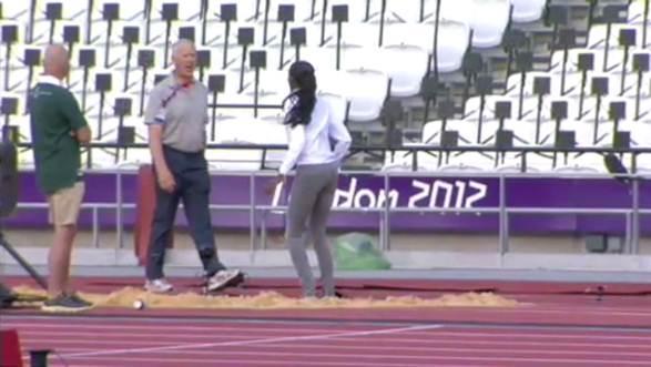 Fiona May viene sonoramente rimproverata da un addetto alla sicurezza dello stadio dove si disputano le gare di atletica