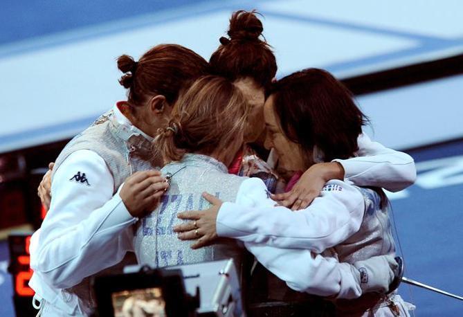 Valentina Vezzali, Ilaria Salvatori, Elisa Di Francisca e Arianna Errico, la squadra italiana di fioretto femminile che ha vinto l'oro (Ansa)