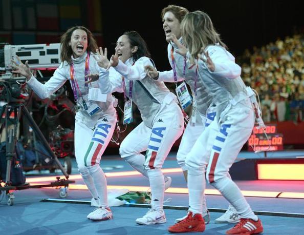 L'avevano promessa in caso di vittoria, l'hanno eseguita: � una danza che assomiglia (anche se non troppo) alla �haka� degli All Blacks del rugby (Ansa/Onorati)