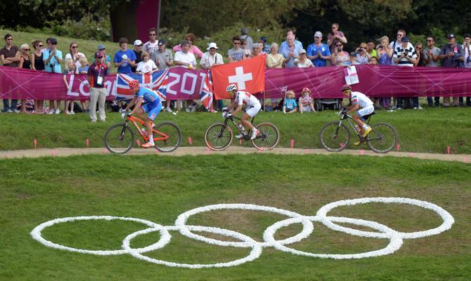 Il terzetto di testa che ha condotto la gara per quasi tutto il percorso: il ceco Jaroslav Kulhavy, poi medaglia d'oro, lo svizzero Nino Schurter poi argento, e l'italiano Fontana (Epa)