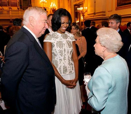 La first lady Usa Michelle Obama, a Londra per l'Olimpiade, ha incontrato la regina Elisabetta II. I media americani però hanno criticato la scelta di una giacca da circa 5.500 euro in tempi di crisi (Ap)