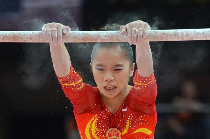 Lo sforzo della cinese Yao Jinnan alle parallele (Afp)